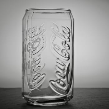 Seitenansicht graviertes Cola-Glas