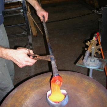 Heißes Glas wird in Form gegossen