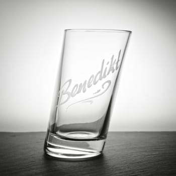 Schräges Longdrinkglas mit Namensgravur
