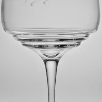 Rotweinglas mit Gravur Detail terassenboden