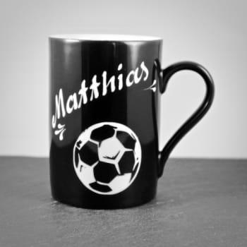 Porzellantasse Schwarz mit Fußballmotiv
