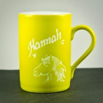 Tasse Gelb mit Pferdekopf-Motiv graviert