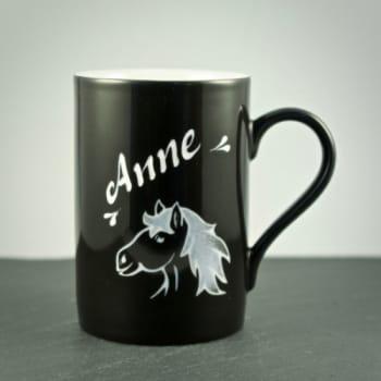 Tasse Schwarz mit Pferdekopf-Motiv Gravur