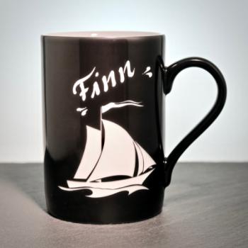 Scharze Porzellantasse mit Segelboot und Namen graviert