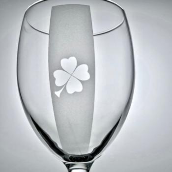Weinglas mit Kleeblatt graviert Detail