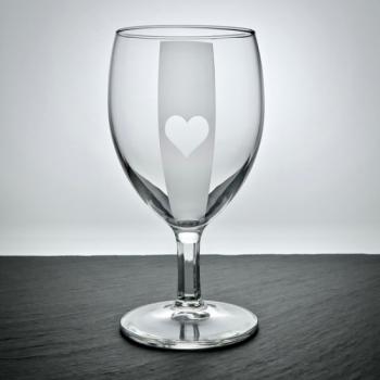 Weinglas mit Poker-Herz Motiv graviert