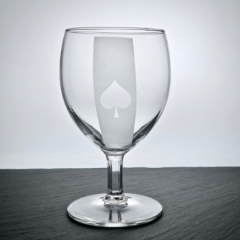 Weinglas mit Poker-Pik Motiv graviert
