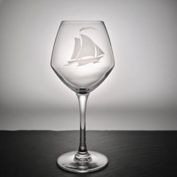 Weinglas mit Segelboot Gravur