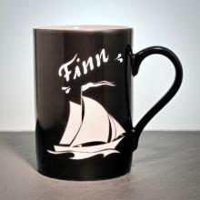 Porzellantasse Schwarz mit Segelboot Gravur